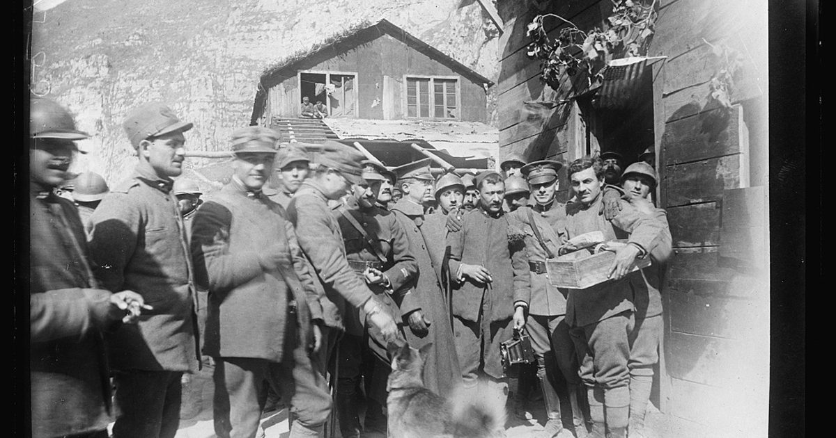 Rolling Canteen No. 1. Bringing out cigarettes for soldiers at the front